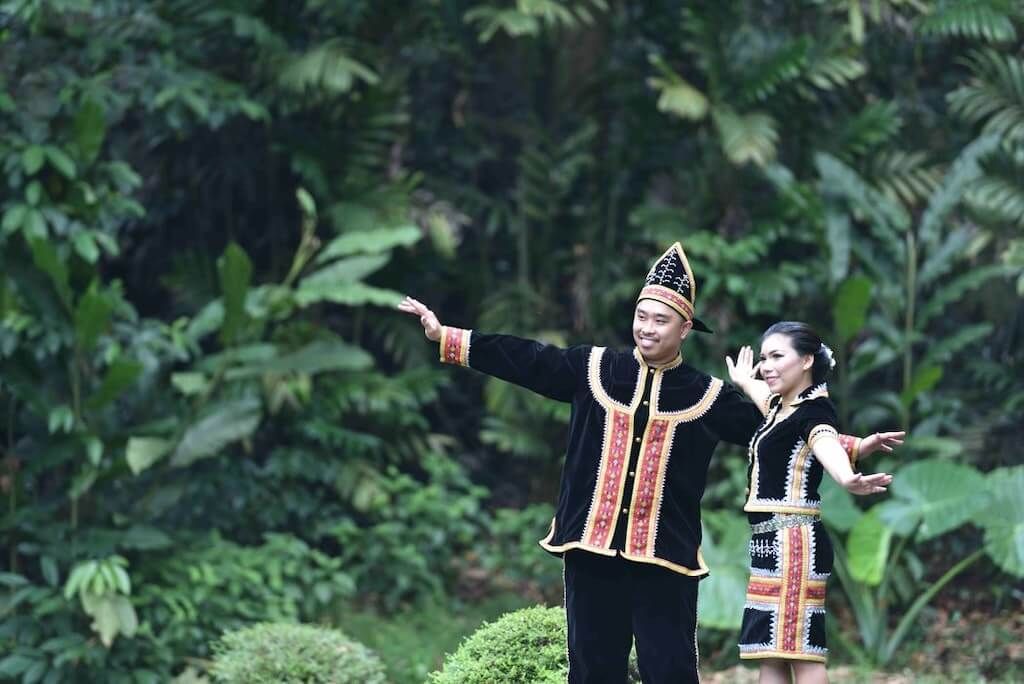 malaysia couple traditional clothes