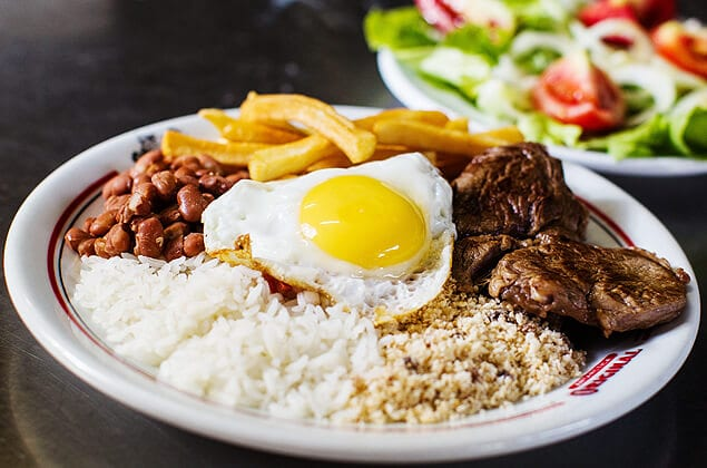 brazilian culture facts: Brazilians mix different foods on a plate