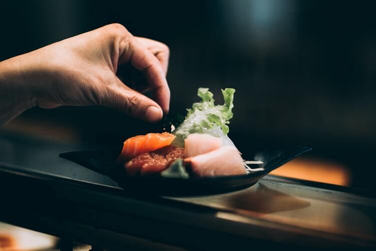 use hand to eat sushi